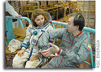 Photo Report: Daisuke Enomoto and Anousheh Ansari Familiarized with Soyuz Spacecraft