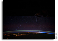 Space Station Photo: Comet Lovejoy Streaks Through the Star-filled Night Sky Over Chile