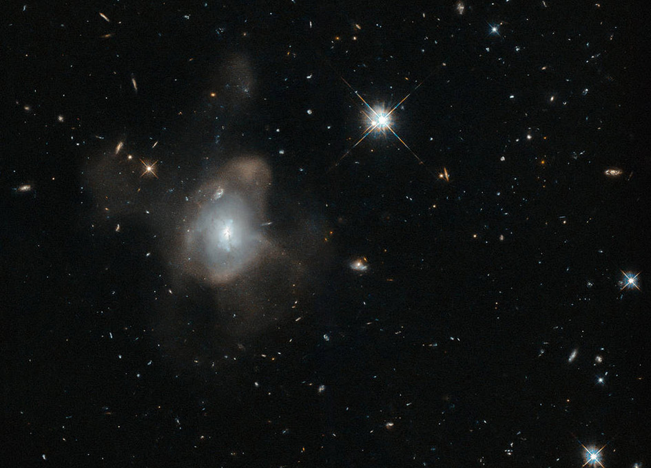 'Hubble Captures a Galactic Waltz' from the web at 'http://images.spaceref.com/news/2015/oohubble_friday_11242015.jpg'