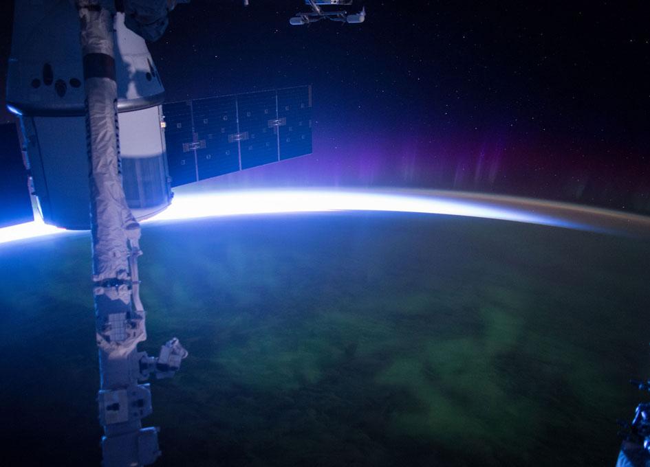astronaut orbiting space station - photo #25